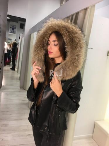 Ādas jaka ar kažokādas kapuci
